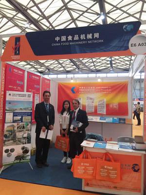 中国化工机械网工作人员与外国友人合影