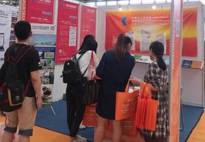 中国化工机械网工作人员现场与客户洽谈