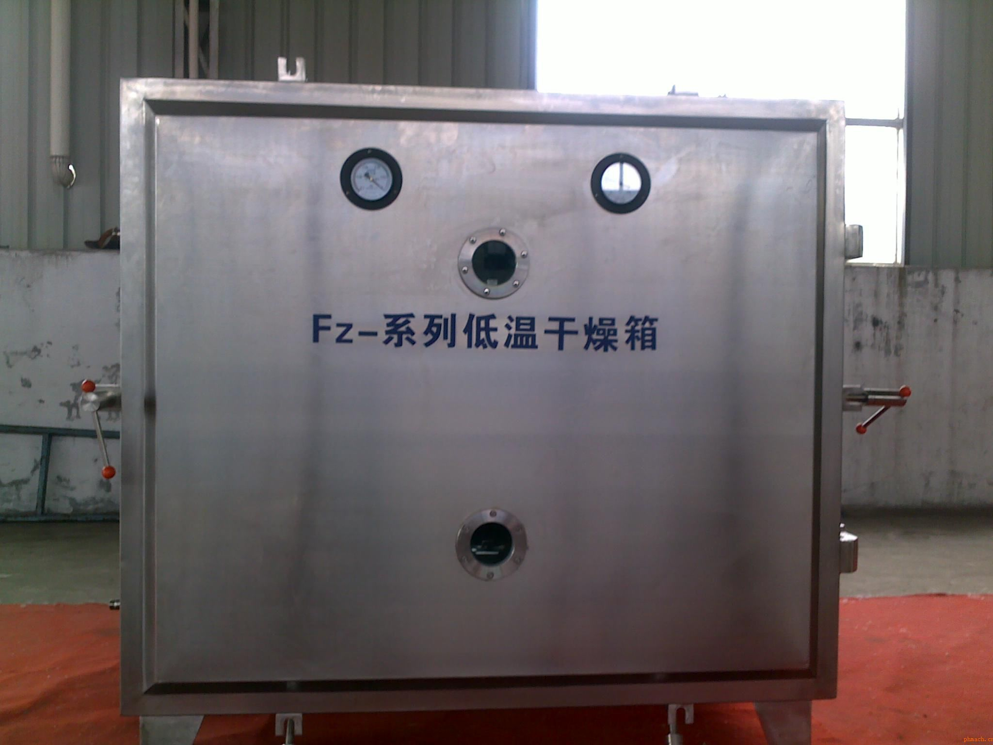 一、用途: 本低温真空干燥箱广泛用于医药、食品、轻工、化工等行业作低温干燥之用,具有干燥物品速度快、污染小、不对被干燥物品的内在质量造成破坏的优点。 二、工作原理: 真空干燥是将干燥物料处于真空条件下进行加热干燥。它是利用真空泵进行抽气抽湿,使工作室内形成真空状态,降低水的沸点,加快干燥的速度。 三、产品特点: 本机能在较低温度下得到较高的干燥速率,热量利用充分,适用于对热敏性物料和含有容剂及需回收溶剂物料的干燥。在干燥前可进行消毒处理,干燥过程中任何不纯物无混入,本干燥器属于静态真空干燥器,故干燥物料的